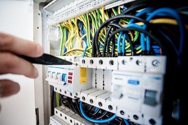Pourquoi faut-il faire appel à une société d'électriciens lorsqu'on souhaite remettre aux normes son réseau électrique ?